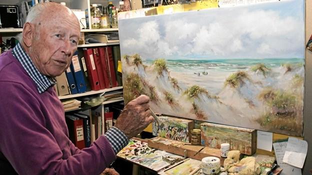 Christian Lautrup er i gang med et maleri hvor klitterne, havet og både er motivet. Foto: Peter Jørgensen Peter Jørgensen