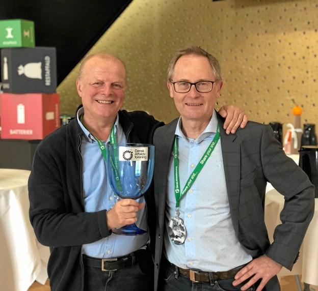 Bestyrelsesformand Jørgen Bing og direktør Steen Madsen fra AVV med pokalen lavet af ægte genbrugsglas. Foto: AVV