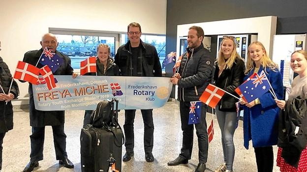Her modtages Freya af medlemmer af Frederikshavn Rotary Klub og nogle af hendes kommende værter