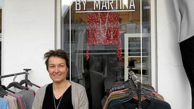 592d17f9 Martina Danker præsenterer det nye logo på butiksvinduet. Foto: Kirsten  Olsen