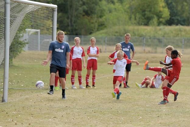 10-12 årige fodboldspillere er i gang med træner Mathias Larsen. Foto: Henrik Louis