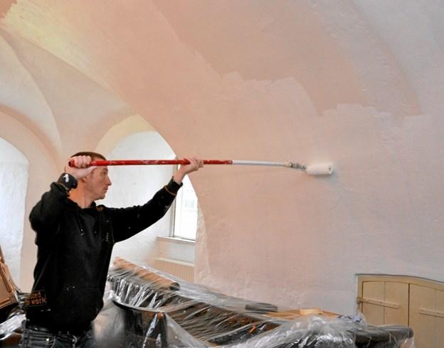 Bjarne maler vægge og lofter, og det er sandelig til at se, hvor langt han er kommet. Foto: Ole Torp Ole Torp