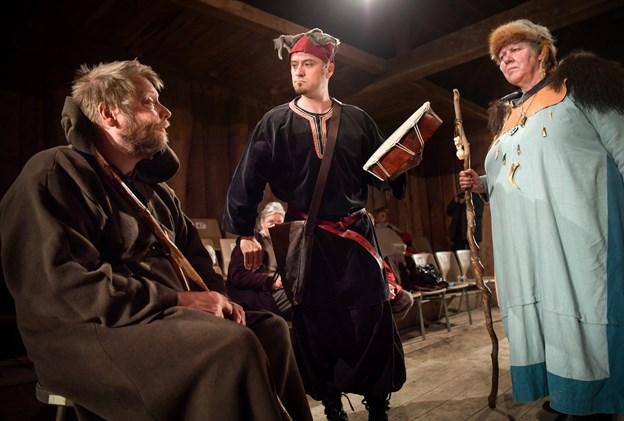 Siddende til venstre munken Poppo (Jonas Bilstrup), som spiller en central rolle i Mandebod. Claus Søndberg