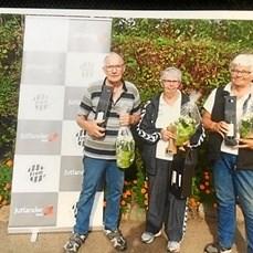 De tre bedste petanque-spillere blev fejret med blomster, kaffe og kage. Privatfoto