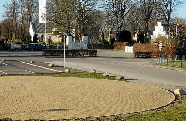 """Klokkerholms centrum er blevet betydeligt kønnere efter oprydningen øst for kirkens parkeringsplads. Den nyanlagte """"sol"""" bidrager betydeligt til pladsens udseende. Foto: Ole Torp"""