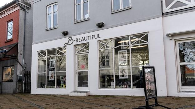 Algade 42 er nu en slags skønhedshus i Brønderslev. I bunden ligger Frisør Lotte Libak og hudplejeklinikken B-Beautiful er flyttet op på første sal. De nye skilte mangler stadig at komme op. Foto: Nicolas Cho Meier Nicolas Cho Meier