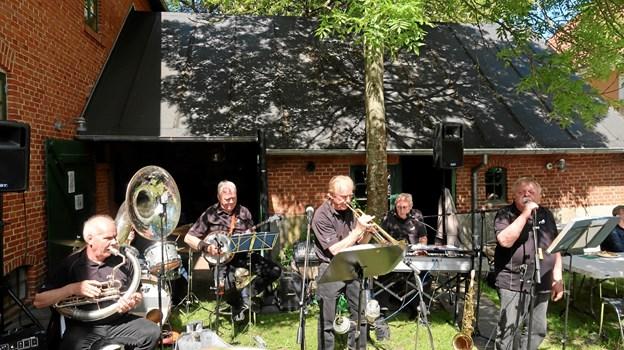 Jazzbandet Limfjordens Sønner lod liflige sommertoner sprede sig i Bryggerhaven og ud i hele bymidten under det hyggelige forsommerarrangement. Foto: Ejgil Bodilsen