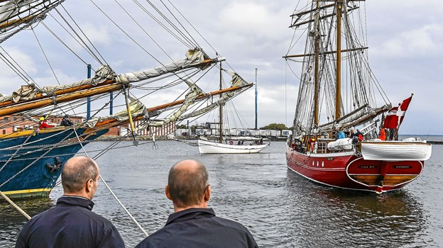 Det store opbud af sejlskibe tiltrak straks en masse mennesker på havnen.Foto: Ole Iversen