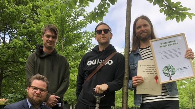 Bandmedlemmer fra Maroon 5 hev tid ud af kalenderen for at plante et træ i Kildeparken, hvilket glæder direktør for AKKC Nikolai Holm. Foto: AKKC