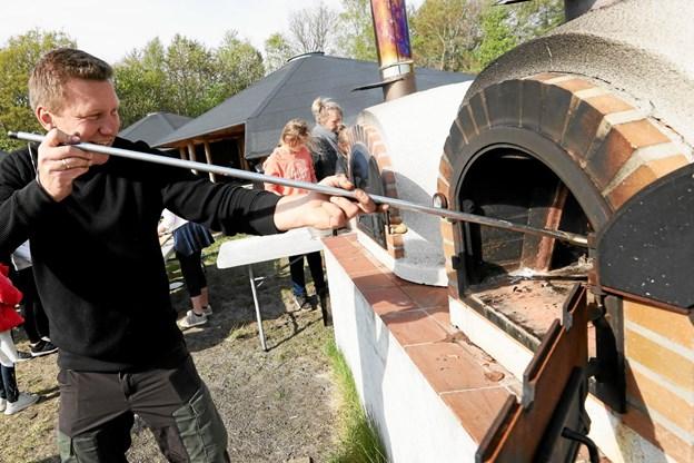 Hals Skoles nye naturvejleder, lærer Anders Langeland var for en stund forfremmet til pizzabager. Foto: Allan Mortensen Allan Mortensen