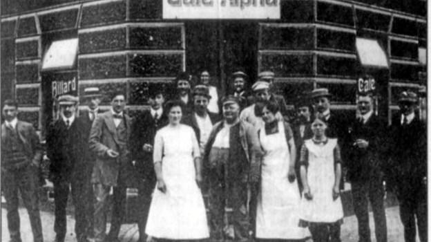 Café Alpha er Aalborgs ældste værtshus, hvis man ser på bevillingen. Her er det et billede med nogle af de første ansatte og gæster.
