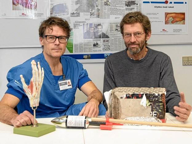 Alt for mange glemmer sikkerhedsbrillerne nytårsaften, men de er meget vigtige at huske. Uanset om man selv affyrer fyrværkeri eller er tilskuer, fortæller Søren Larsen (tv.) og Jens Lauritsen, overlæger hos Ulykkes Analyse Gruppen på Odense Universitetshospital.