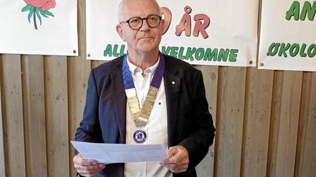 Den afgående præsident Jens Ole Jørgensen byder velkommen til de mange rotarianere og inviterede gæster til klubbens sommerafslutning, der blev holdt på ejendommen Vesterskoven i Tårs. Foto: Niels Helver