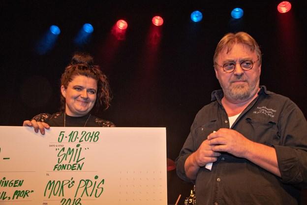 Søren Jensen fra musikforeningen overrakte prisen til Dorte Fisker Horsholt fra SMILfonden. Foto: Kurt Bering