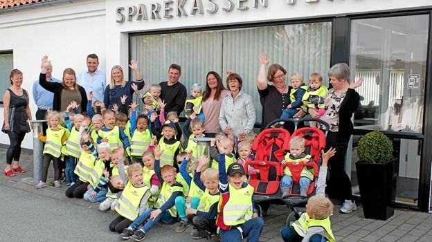 Tak for veste og tak for is råber børnene og pædagogerne til bankens personale. Foto: Niels Helver Niels Helver