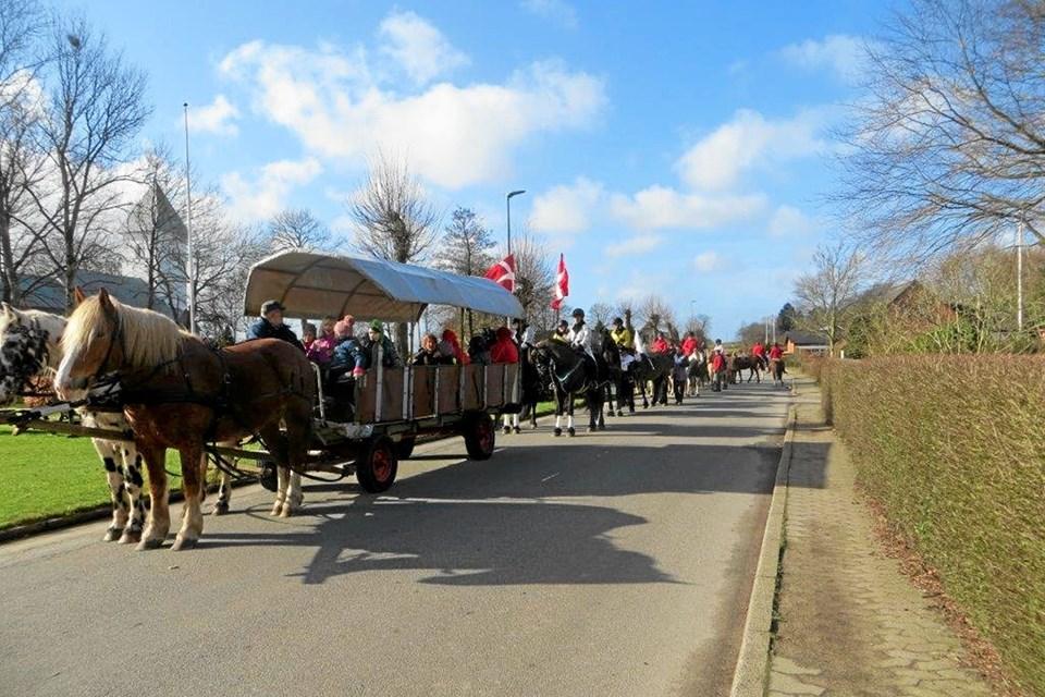 Flot optog gennem byen. Foto: Privat