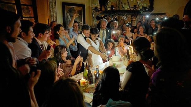 Mens alting endnu er godt og festligt i dramafilmen Alle Ved Det, men festen varer ikke ved. Hans Jørgen Callesen