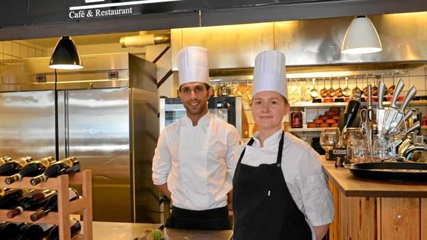 Sam, her sammen med kokke-eleven Karen, har haft et godt første med restauranten på Torvet i Skørping. Foto: Jesper Bøss