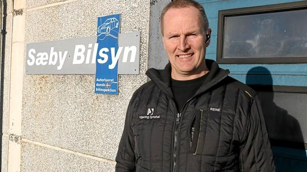 Rene Otkjær Kristensen er ny daglig leder af Sæby Bilsyn og glæder sig til at byde alle indenfor med deres bil.