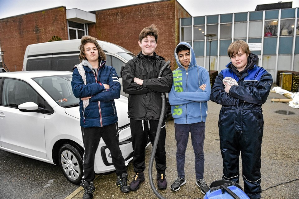 De seje gutter tog bilvaskafdelingen. Fra venstre: Oliver Ludvig, Simon Jensen, Mustafa Kamal og Oliver Klausen. Foto: Ole Iversen Ole Iversen