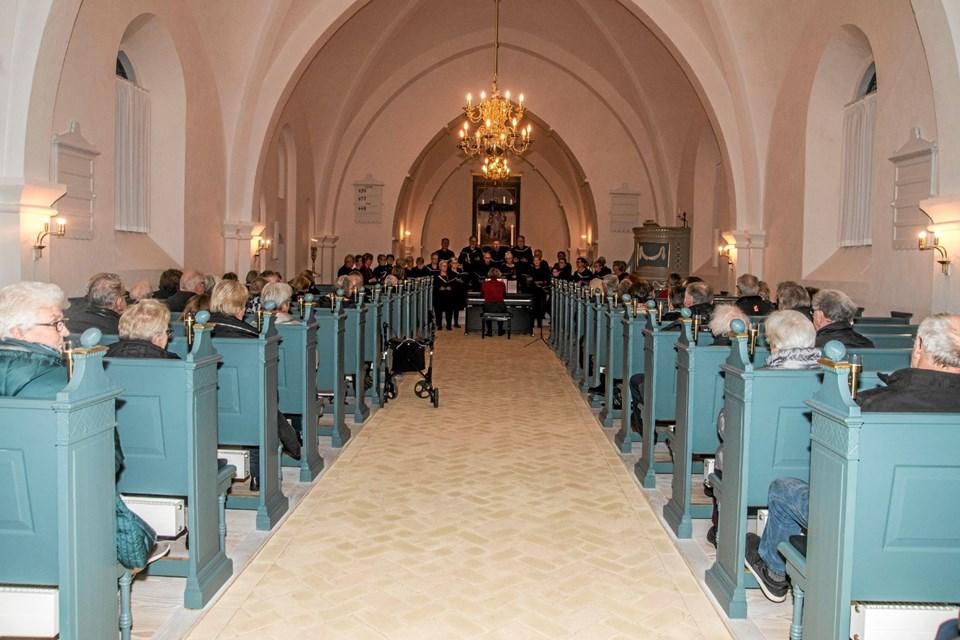 Overlade Kirke blev fyldt på mere end en måde - både med tilhørere og med sang. Foto: Mogens Lynge Mogens Lynge