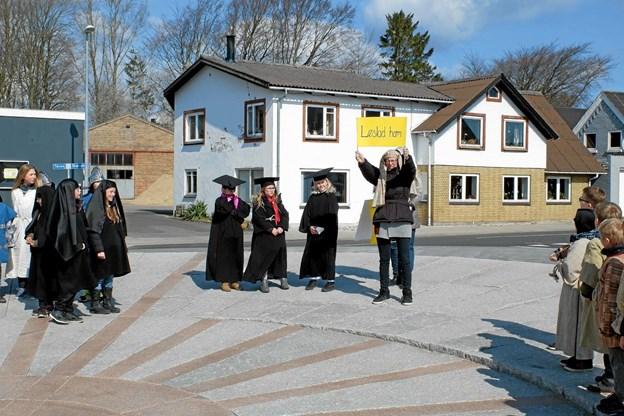 """Folket bliver spurgt: """"Skal han løslades"""" eller """"Skal han korsfæstes"""". Foto: Niels Helver Niels Helver"""