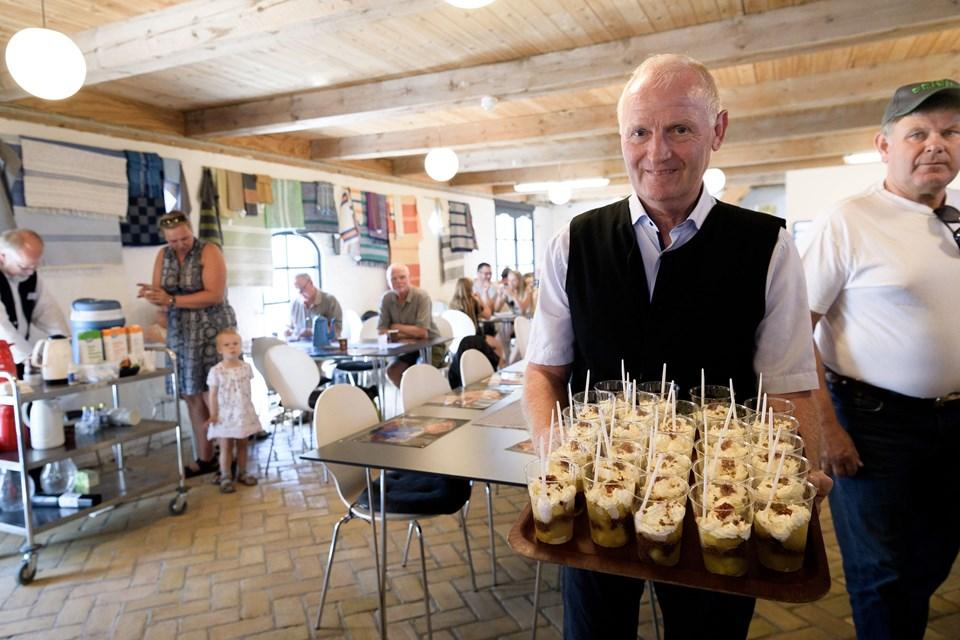 Per Buus klar med næste servering af Brudepigens slør - æblekage med flødeskum og lidt ekstra.