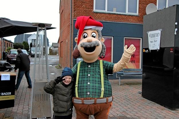 """Snedsteds mascot """"Gråskæg"""" havde fået en lille fan her. Foto: Hans B. Henriksen"""