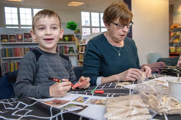 Lucas Tirup Yssing er fem år  og han er i følge sin farmor meget kreativ, og så er han heldig, at have en farmor der har skabt en herlig ramme for ham og sig selv, da de ikke behøver at rydde op i campingvognen, som farmor har lavet om til kreativt værksted, og som Lucas gerne vil arve. Peter Broen