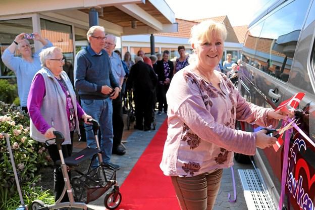 Merethe Olsen klippede snoren, som bevis for, at Havkærhus s nye bus nu kan tages i brug. Foto: Tommy Thomsen Tommy Thomsen
