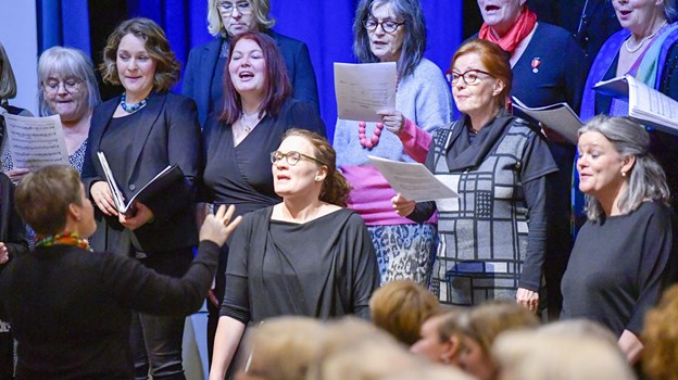 Tage Mortensens senior-NP'ere forenedes med senior-Kammerpigerne i værker af Tage Mortensen - det blev til et virkelig skønt genhør med pigekorsklangen og de indfølte sange. Foto Kim Dahl Hansen