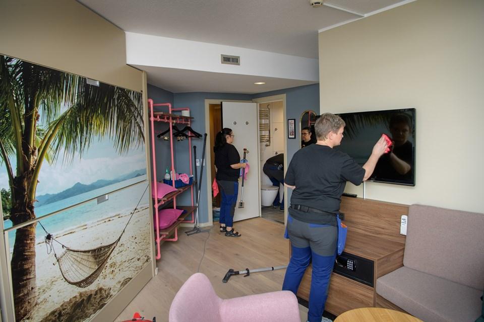 Der blev arbejdet lige til det sidste, inden indvielsen af de nyrenoverede værelser. Foto: Peter Broen Peter Broen