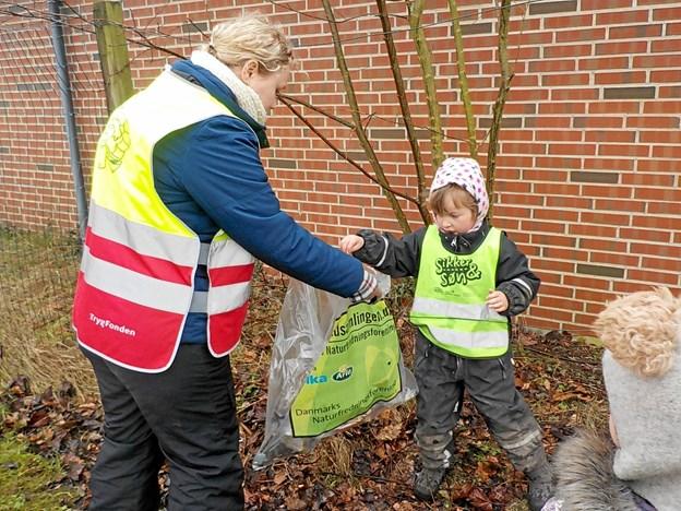 Børnene i Tuen er vant til at samle affald op, når de bevæger sig rundt i deres nærområde i Haverslev.