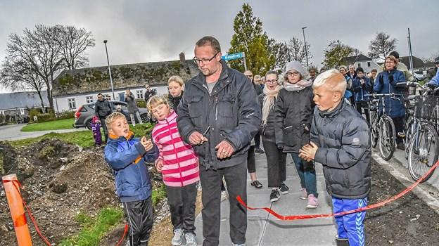 Jørn Søndergaard, formand for borgerforeningen, klippede snores og erklærede Østerilds nye gangsti til købmanden for åbnet.