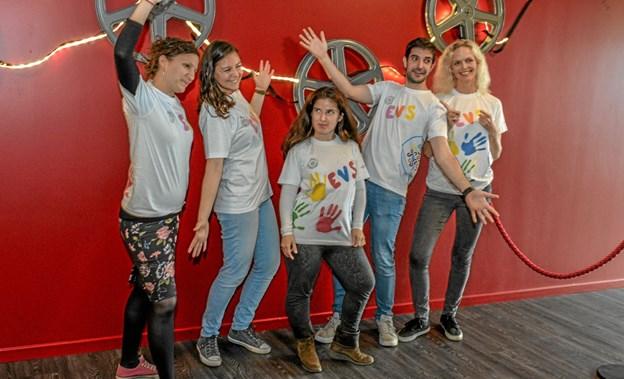 Friske unge mennesker fra h.h.v. Frankrig, Spanien, Serbien og Rusland. Yderst tv. er det lærer på Ranum Efterskole Mette Støttrup Foto: Mogens Lynge