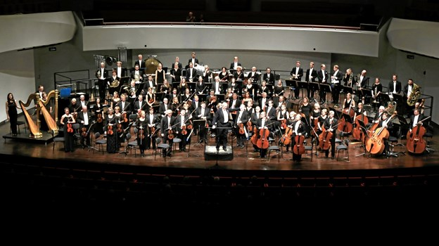 I år står Henrik Vagn Christensen i spidsen for symfoniorkesteret, der tæller omkring 60 musikere af bedste kvalitet. Med sig har han som koncertmester Veselin Demirev.  PR-foto.