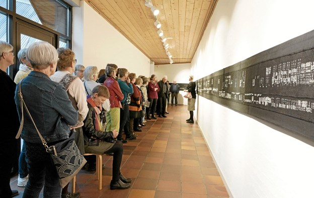 Det var en flok på omkring 75 gæster, Ann Rasmussen skulle have med rundt på Kunstcentret, mens hun fortalte om de enkelte værker. Foto: Jørgen Ingvardsen Jørgen Ingvardsen