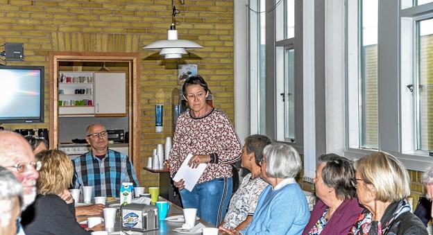 Fødselaren (stående) tak for de mange gaver og det store fremmøde. Foto: Mogens Lynge