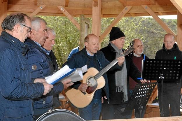 """Så tog """"De syngende frikadeller"""" fat på den musikalske del af programmet, og de gjorde det til stor fornøjelse for de mange tilhørere.. Foto: Ole Torp Ole Torp"""