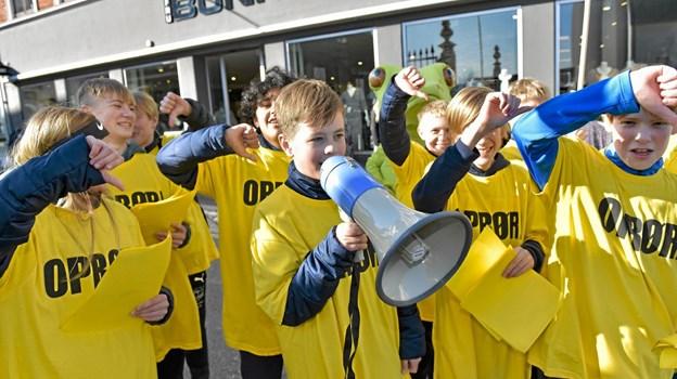 """Hjem skal sponsere de mange sportshold, hvis butikkerne forsvinder, var en af budskaberne bag """"Oprøret"""" i fredags og lørdags. Foto: Ole Iversen Ole Iversen"""