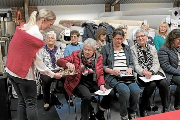 For ingen gæster skal gå sukkerkold under showet, blev der budt på Aalborg chokolader. Foto: Niels Helver Niels Helver