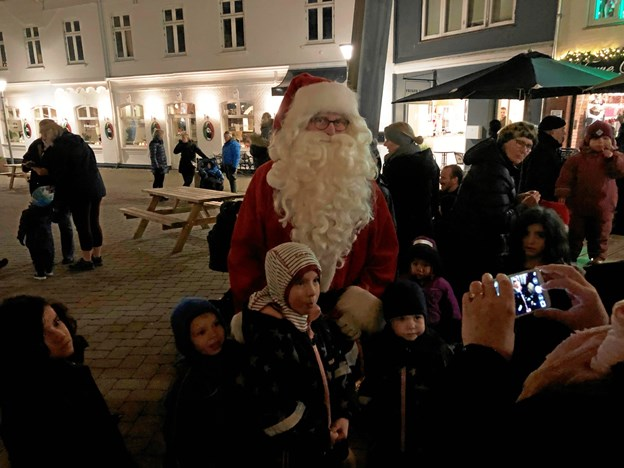 Julemanden tændte den nye julebelysning og delte godter ud til børnene. Kræftens Bekæmpelse delte gratis gløgg ud, sponseret  af Hadsund Turistforening.