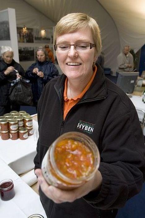 Der bliver smagt flittigt på Annette Bruun Sørensens sukker og citron- eller eddike og vaniljesyltede hyben.