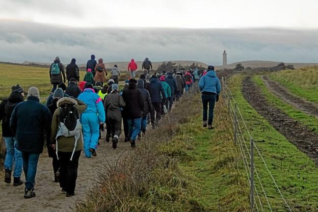 Sidst på eftermiddagen 3. Juledag vandrede omkring 150 plus børn til Rubjerg Knude Fyr, der nu står så tæt på kanten, at enten skal fyret flyttes eller også falder det i havet. Foto: Niels Helver Niels Helver