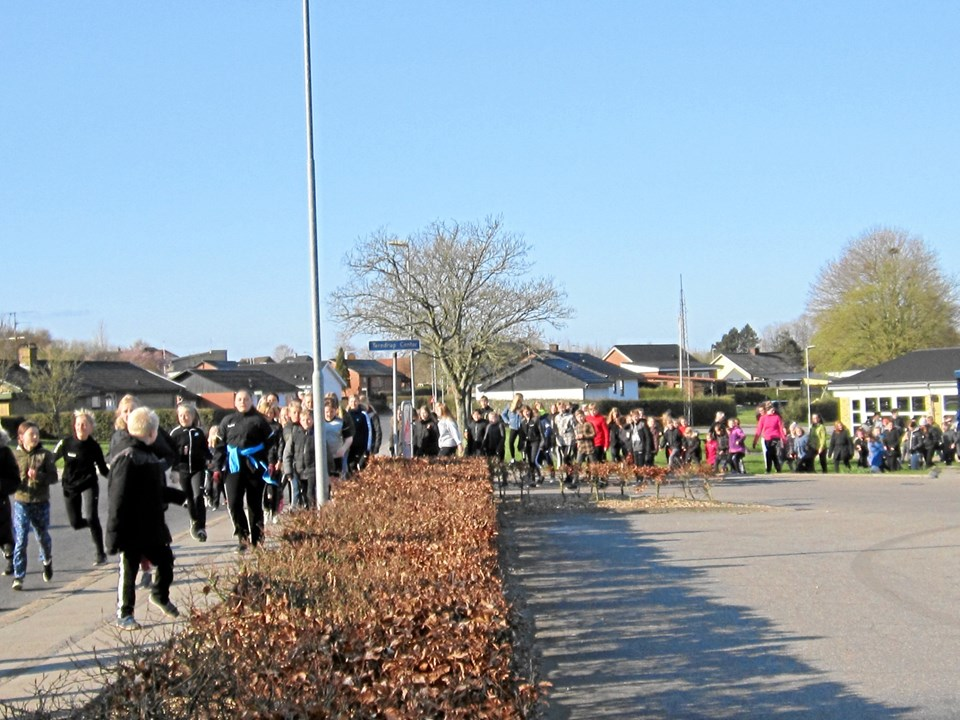 De 400 elever skulle gennemløbe eller gå en rute i Terndrup midtby på sammenlagt tre kilometer flere gange i løbet af to timer.