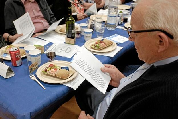 """Inden forretten, tunmousse med rejer, var der fællessang """"Vi lever livet - med en tak til Næsten - en tak til Gud"""". Foto: Niels Helver Niels Helver"""