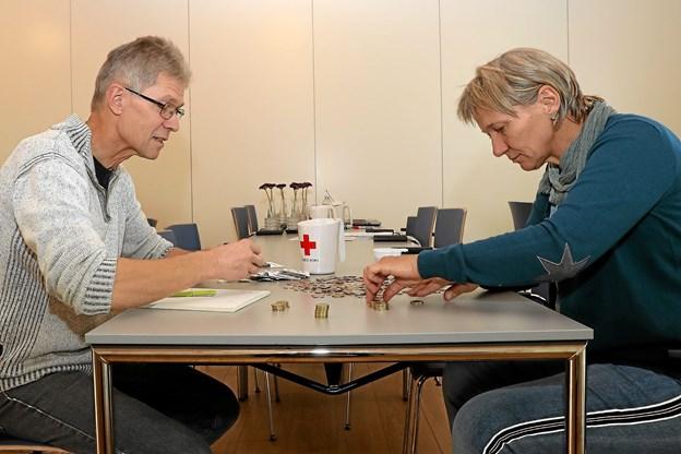 Indsamlingskoordinator Erik Ravn-Jensen og Lissy Rasmussen havde efter indsamlingen travlt med optællingen i Ladegården i Hals. Foto: Allan Mortensen