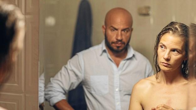 Lisa Carlehed og Dar Salim spiller ægteparret Louise og Adam, der prøver at finde tilbage til livet efter det ubærlige tab af deres søn. Foto: Fjerritslev Kino