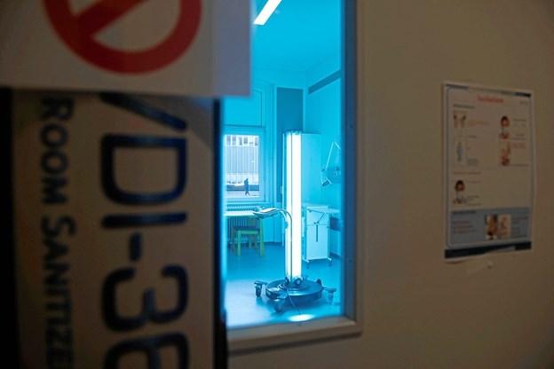 På Børneafdelingen klarer det ultraviolette lys fra apparatet, der ligner et lodret solarium, nu desinfektionsopgave.