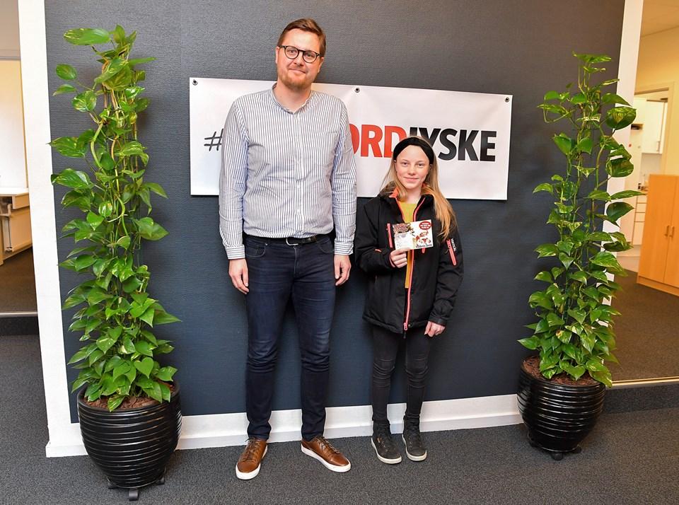 13-årige Lykke Lajer var ikke selv tilstede, da hun blev kåret som vinderen af hovedpræmien ved en nytårshøjtidelighed på Store Torv i Hobro 30. december. Heldigvis kunne hun senere kigge forbi Hobro Avis' kontor, hvor mediekonsulent Thomas Maribo stod klar til at overrække gavekortet. Foto: Jesper Thomasen